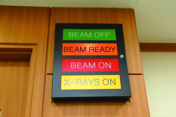 초록불이 켜지면 방사선을 사용하지 않는다는 뜻으로, 이때 치료실에 들어갈 수 있다. - 이윤선 기자 petiteyoon@donga.com 제공